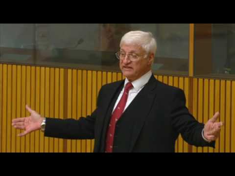 """Bob Katter on flying foxes: """"We want to get rid of them, not study them"""""""
