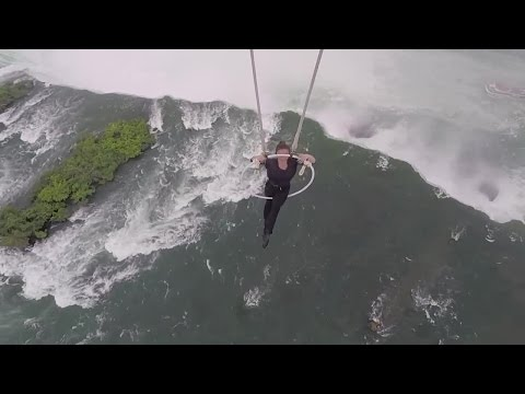 Wallenda hangs by teeth and feet from helicopter over Niagara Falls