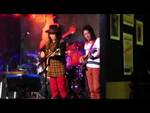 Freddie Aguilar singing Sigarilyong di maubos at Ka Freddie's Bar Quezon City