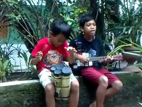 Aksi anak pengamen jalanan yg Kreatif di ,Kp Rambutan part 1.mp4 - YouTube.mp4.flv