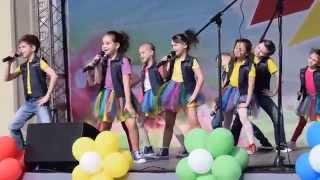 Дети поют и танцуют на сцене. Песня
