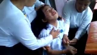 Repeat youtube video ေမာ္လၿမိဳင္အမွတ္(၈)ေက်ာင္သူေလးအား သရဲ၀င္ပူး (Young girl possessed by ghost in Mawlamyine)