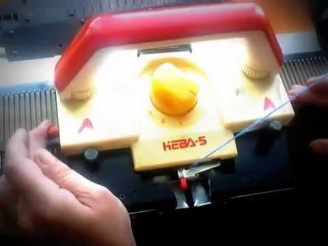 (для вязальных машин: «нева-5», «ладога-1»). 1. Каретку поставьте с правой стороны игольницы машины. 2. Выдвиньте 20 игл в пнп. Язычки игл.