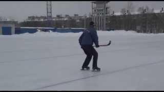 Техника выполнения бега спиной вперед без отрыва коньков ото льда. Пособие по хоккею с мячом ИФКСиЗ