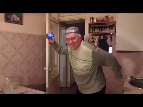 Человек в комнате танцует танец