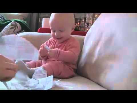 Baby lacht bei zerrissenem Papier :D