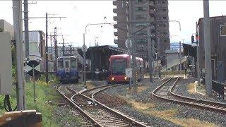 電車が短い間隔で行ったり来たり、えちぜん鉄道高床車の行った後を福井鉄道LRVが乗り入れる朝の田原町駅での同じ線路での相互乗り入れ光景