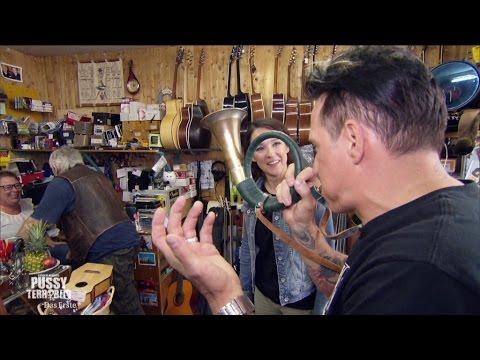 Bela B und Carolin Kebekus shoppen Instrumente
