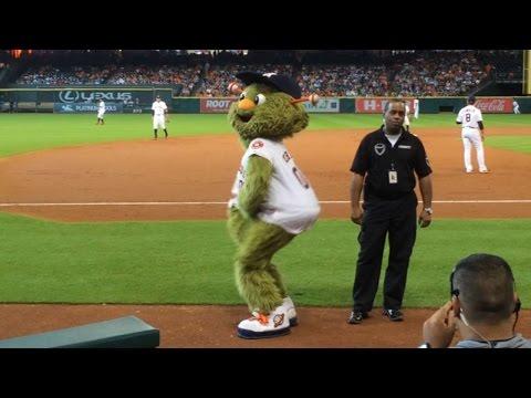 LAD@HOU: Astros mascot Orbit sways to Beyonce