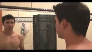 Roger Nogueira  cortando o próprio cabelo R.N.