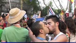 Un couple gay s'embrasse au passage de la papamobile à Madrid
