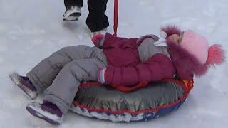 ВЛОГ Алиса катается с горки и на ватрушке Alice is riding with snow slides