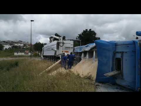 Vuelca un camión cargado de pienso en Lalín