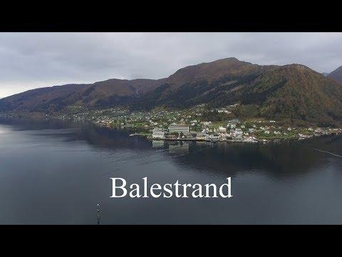 Balestrand sett fra lufta - Balestrand seen from the air.