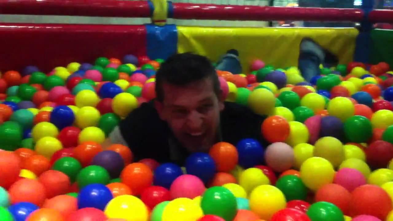 Pasandolo como un ni o en una piscina de bolas youtube for Piscinas de bolas para bebes
