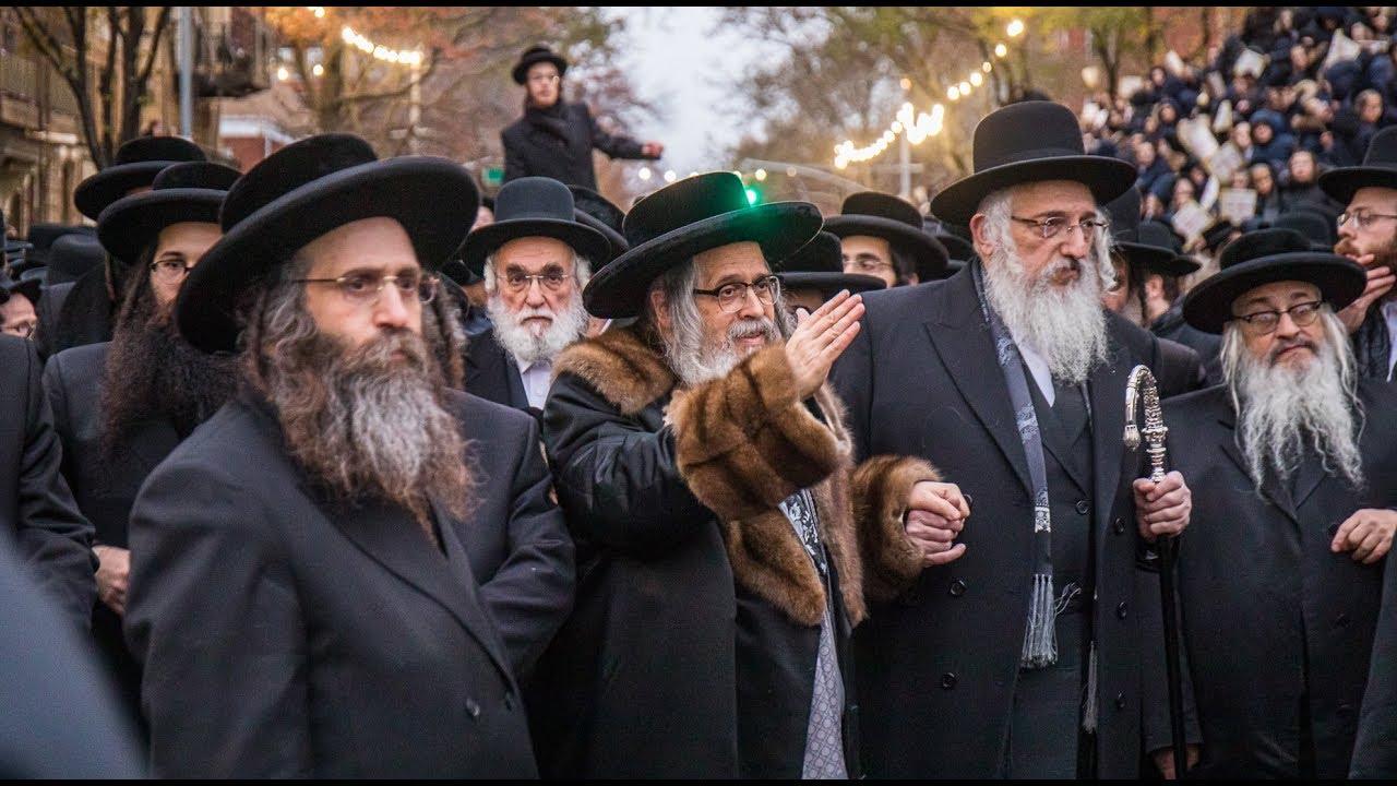 "Thousands Escort Satmar Rebbe As He Leaves To Eretz Yisroel | מעמד צאתכם לשלום ל'אדמו""ר מסאטמאר"