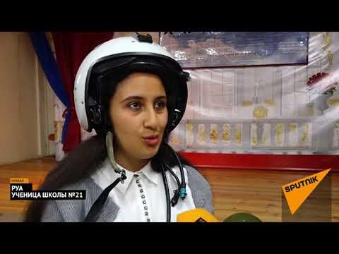 Российские летчики в Ереване показали школьникам летные костюмы и шлемы