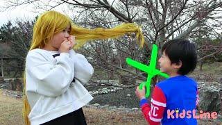 きれいな長い髪にルンルンでお出かけしたねみちゃんでしたが、木の枝に髪の毛がひっかかり大変なことに!?こうくんはねみちゃんを助けることが出来るのでしょうか?
