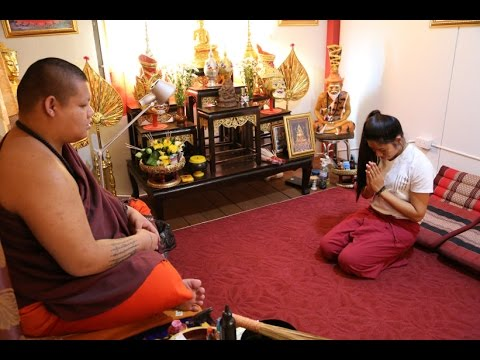 How to Wai (Bow) and make an offerring to a Thai Buddhist Monk