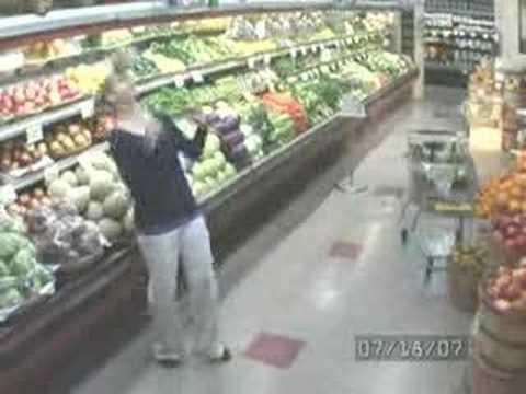 Video làm xiếc với cải bắp trong siêu thị