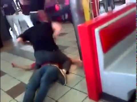Brutal pelea en local de comidas r pidas de camino for Sillas para local de comidas rapidas