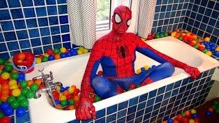 Spiderman et la reine des neiges -  bain ballons et boules de couleurs | S&E EP.8