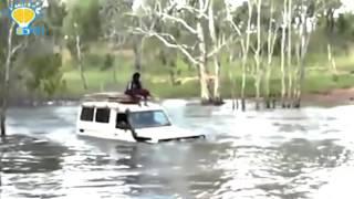 مغامر يجتاز بسيارته نهراً يعج بالتماسيح المفترسة