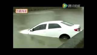 实拍女司机冲入水中不自救淡定打电话!