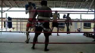 Deel I: even een beginnersklas Thai box midden in de jungle -  Emerald Gym in Ao Nang...kapotgaan