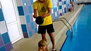Un rápida manera de poner un gorro para nadar