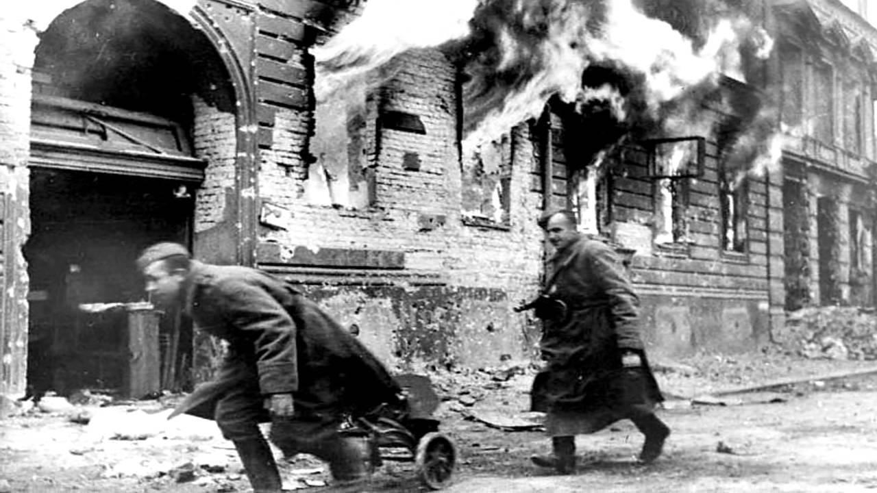 Тело немецкого солдата, убитого во время боев в Лейпциге ...