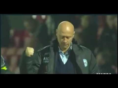 Crack de entrenador.  Increible control de balón de Peter Sorensen del Silkerborg de Dinamarca