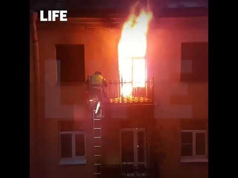 Питер  Пожарный прикрывает собой девушку от огня и температуры
