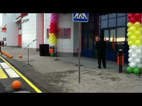 Десятки людей ждут открытия ТЦ «Корона» в Витебске