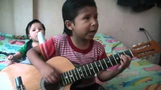 niño de 5 años tocando huayno