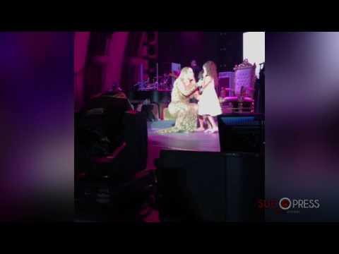 Mariah Carey saca al escenario a sus hijos emulando a La Pantoja