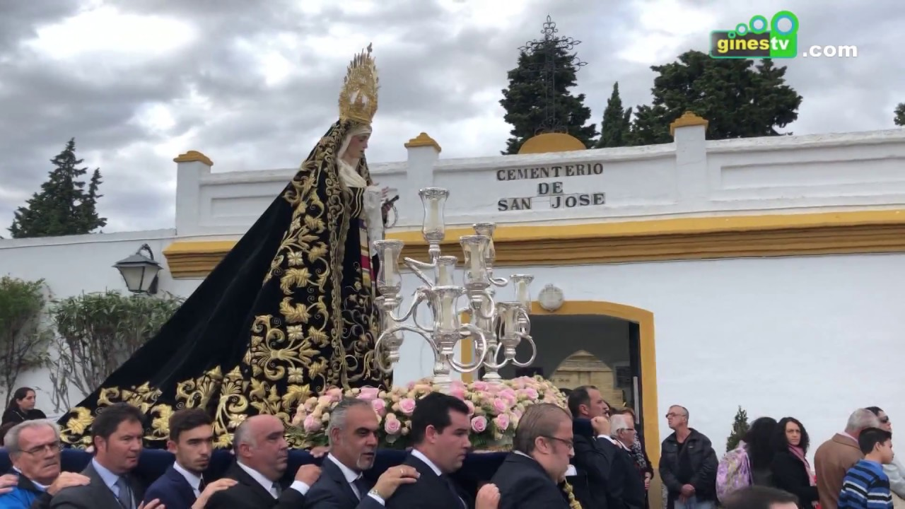 Cientos de vecinos y vecinas acompañaron a la Virgen de los Dolores hasta el cementerio municipal