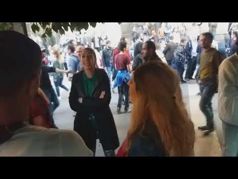 Սերժ Սարգսյանի հրաժարականից հետո երիտասարդները երգում են Հրապարակում