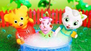 Daniel Tiger´s Toys 🐯 Daniel and Katerina make bubbles 🔵😀🔵