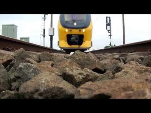 Treinen van onder I Camera op het spoor