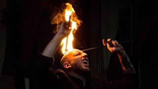 Pokaz ogni na głowie wykonany przez Krystiana Mindę