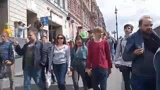Петербуржцы вышли на Невский проспект в знак солидарности с Хабаровском. Они скандируют: «Путин — во