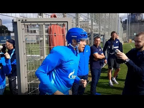 Дзюба вышел на тренировку в хоккейной амуниции