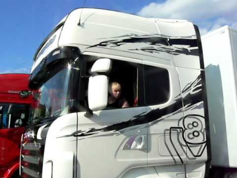 Girl parking Scania R620!
