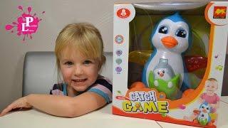 ✿ Пингвин бросает мячи. Детская игра поймай мяч Видео для детей Little Polly