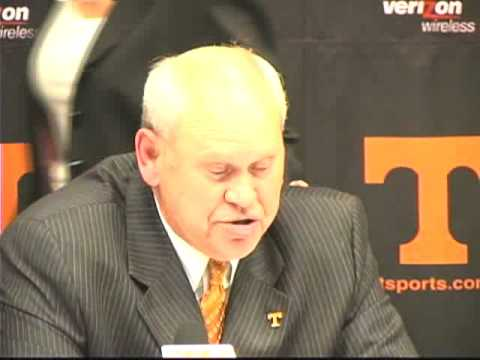 Phillip Fulmer announces he is stepping down