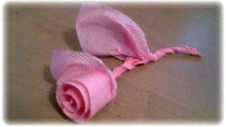 Как сделать бумажную розу из салфетки(Как сделать бумажную розу из салфетки Для тех, кто любит красиво накрыть на стол:), 2011-03-28T23:33:34.000Z)