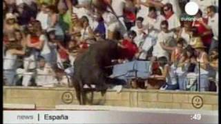 Бои быков. Неудачная коррида в Испании - бык прыгнул на зрителей.(Не дразни быка - справедливо говорит старая пословица. В справедливости этой поговорки смогли убедится..., 2010-08-19T07:15:28.000Z)