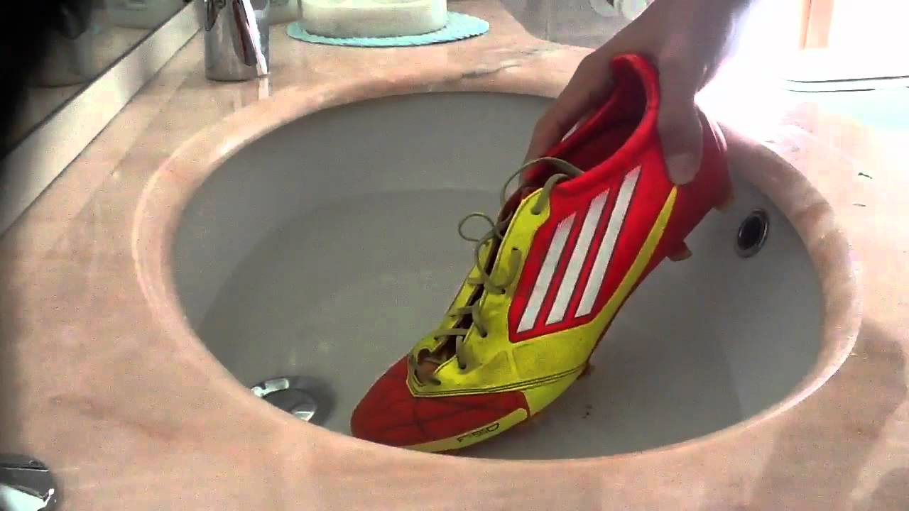 allacciare scarpe da calcio