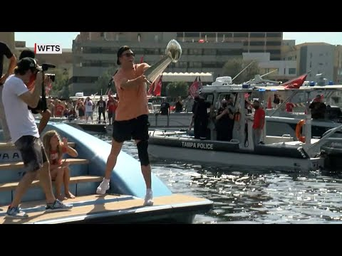 Tom Brady tosses Lombardi Trophy to Brate in another boat during Super Bowl boat parade | ABC7